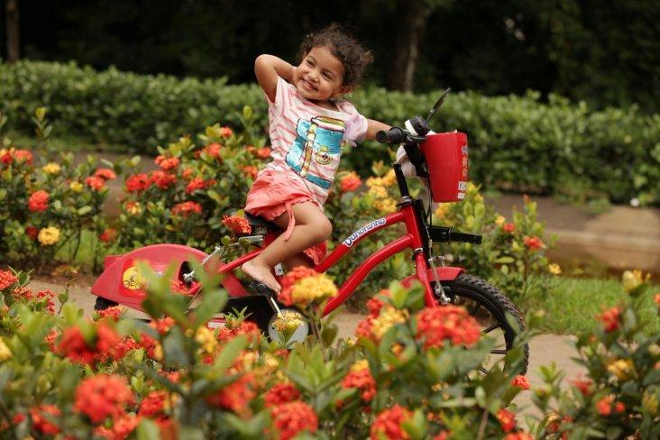 Criança usando bike kids